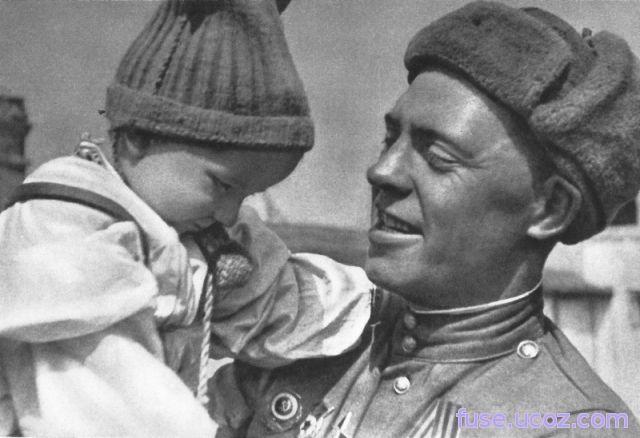 Советский солдат с чешским ребенком на руках. документальные фотографии